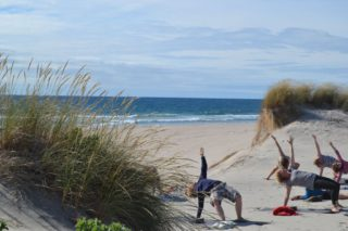 Yoga am Strand im ElementFish Surfcamp Portugal